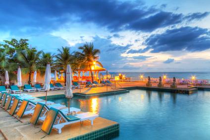 Sonnenuntergang am Pool in Thailand