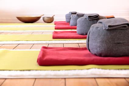 Yogamatten und Yogakissen in